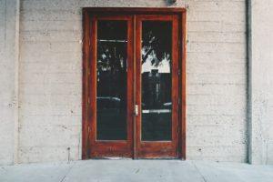 Réparation d'un serrurier pour un porte en verre
