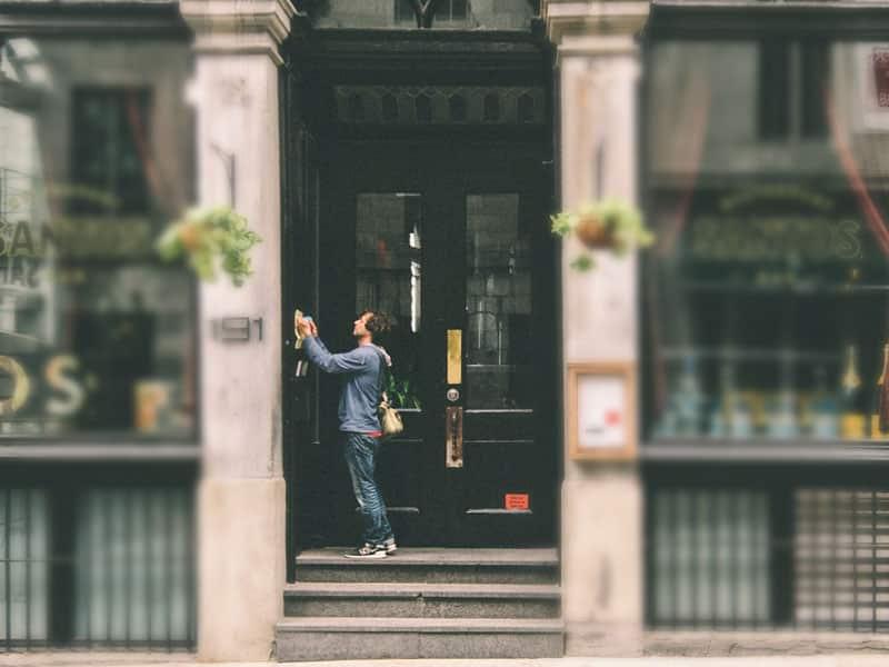 Lyonnais devant sa porte claquée. Il vas appeler un serrurier Lyon