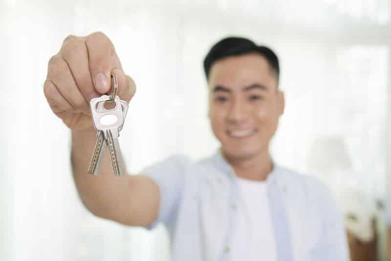 Homme tenant les clés de sa nouvelle serrure à Lyon. Travaux effectués par Chevalier Freres