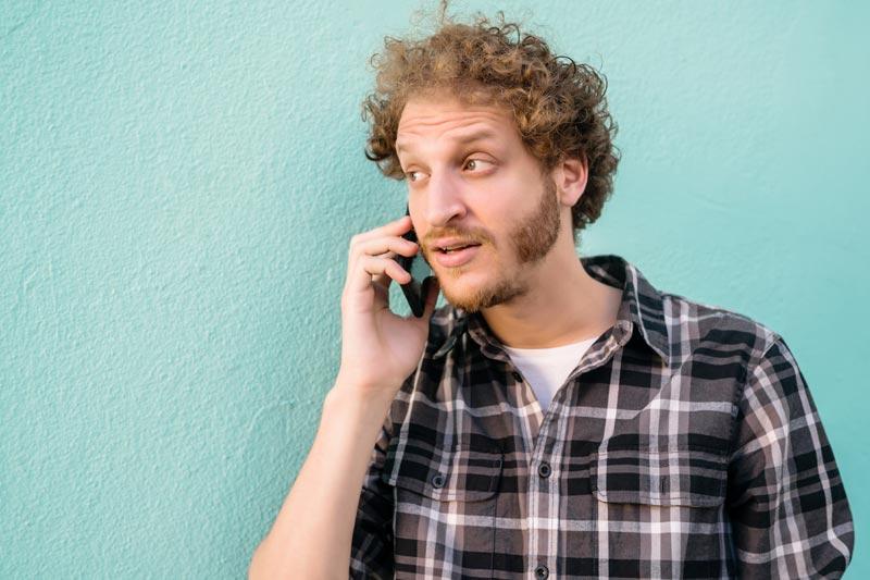 Jeune homme appelant un serrurier à Lyon car il a des problèmes de serrures